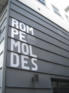 If you want to find Rompe Moldes, look carefully in the old part of town for this sign.